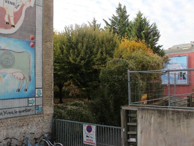 Aujourd'hui, un petit espace vert privé jouxte l'immeuble qui doit être démoli, face à l'Espace K. (photo JFG / Rue89 Strasbourg)