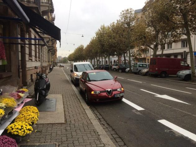 Les automobilistes ne doivent pas stationner sur les pistes cyclables, mais certains le font parfois. Ces comportements doivent bientôt être sactionnés avec des caméras de surveillance... là où elles sont installées. (photo JFG / Rue89 Strasbourg)