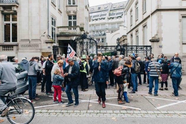 Quelques opposants au GCO se réunissent régulièrement devant le tribunal administratif lors es audiences référé ou sur le fond. (Photo Abdesslam Mirdass)