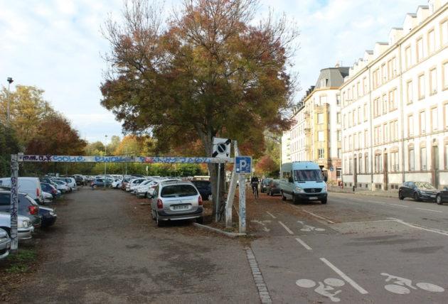 Le parking du Ban-de-la-Roche est divisé en deux parties. Celle-ci serait remplacée par des terrains sportifs, jardins partagé, à côté du talus de l'A35. (photo JFG / Rue89 Strasbourg)