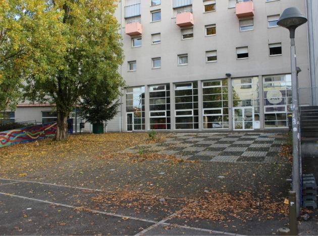 Le parvis de la résidence des arts mériterait d'être plat pour être utilisable pour des animations. (photo JFG / Rue89 Strasbourg)