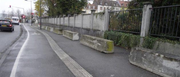 D'imposants blocs de béton ont été posés sur le trottoir, pour prévenir toute réinstallation (Photo Gérard Baumgart / doc remis)