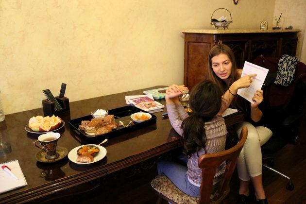 Lors de leurs séances hebdomadaires, Clémentine et Maria travaillent beaucoup le français et revoient ensemble des termes difficiles (Photo DL/Rue 89 Strasbourg/cc)