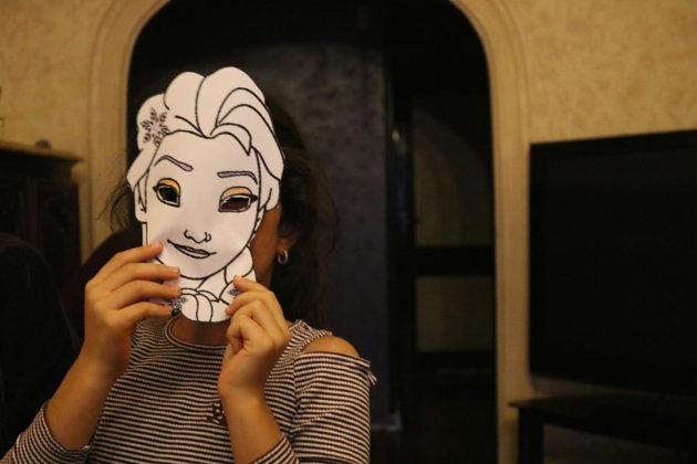 Clémentine et Maria finissent toujours les séances par un jeu ou un coloriage. Cette fois, il s'agit de se faire des masques pour Halloween ! (Photo DL/Rue 89 Strasbourg/cc)