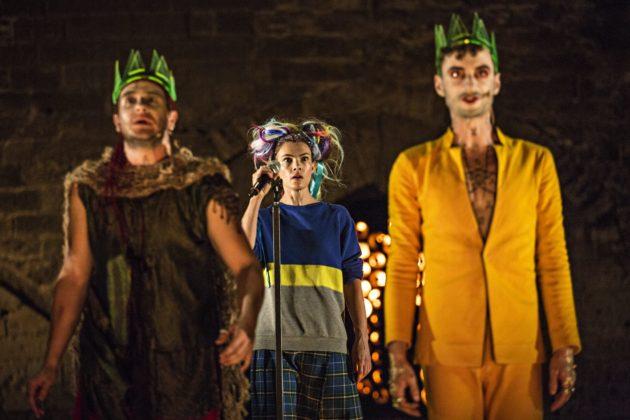 Le chœur, représenté par Émeline Frémont se retrouve au cœur du drame (Photo Jean-Louis Fernandez / TNS)