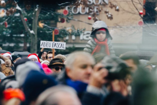 De nombreux anonymes ont tenu à être présents dimanche matin (Photo Abdesslam Mirdass)