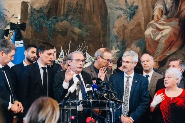 Roland Ries était très entouré lors de sa conférence de presse à l'hôtel de Ville à la mi-journée. (Photo Abdesslam Mirdass)