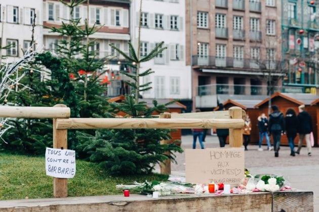 Des fleurs et des mots ont été déposés au pied des sapins de la place Kléber (Photo Abdeslam Mirdass)