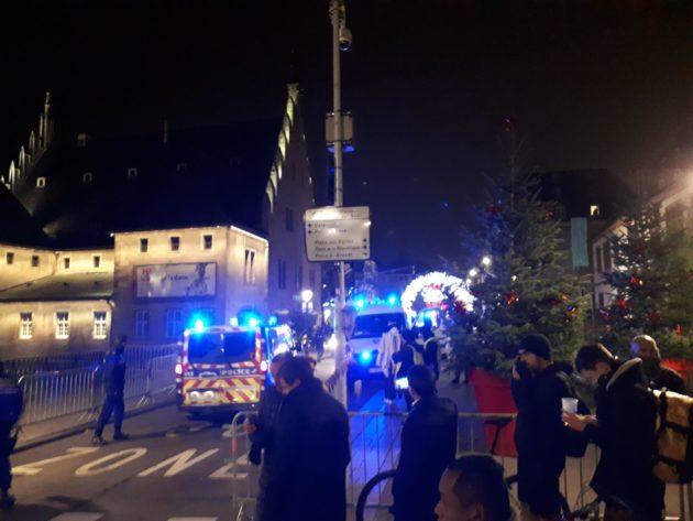 Les policiers empêchent quiconque de rentrer dans l'enceinte de la Grande-ïle, même les habitants (Photo Pierre Pauma / Rue89 Strasbourg)