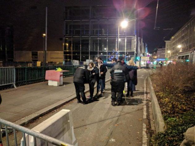 Les personnes sortant sont fouillées (Photo PF / Rue89 Strasbourg / cc)