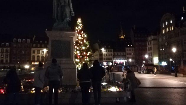Sur la place Kléber, des Strasbourgeois saluent la fin de cette tragique série d'événements... (Photo Claire Gandanger / Rue89 Strasbourg / cc)
