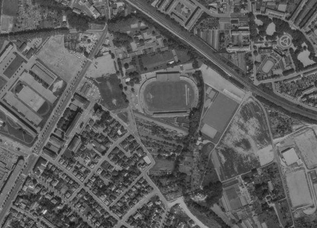 Photographie aérienne du stade de la Meinau et ses alentours en 1972. (source IGN / Remonter le temps)