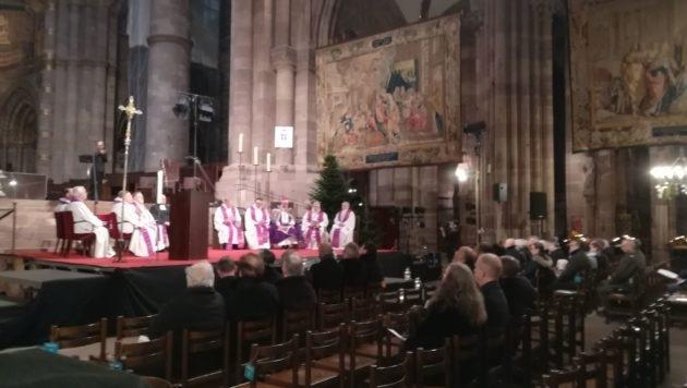 Une messe se tient en la cathédrale, en présence de Mgr Ravel, archevêque de Strasbourg, en mémoire des victimes de l'attaque de Strasbourg. (Photo CG / Rue89 Strasbourg / cc)