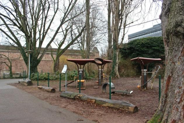 """Quelques agrès sportifs d'une """"Vitaboucle"""" ont été installés dans ce petit espace vert (photo JFG / Rue89 Strasbourg)"""