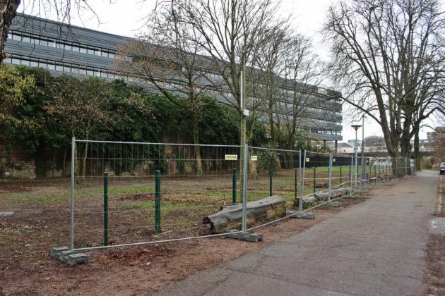 Pas plus de 1,20 mètres et la possibilité de pouvoir passer, promis ? (photo JFG / Rue89 Strasbourg)