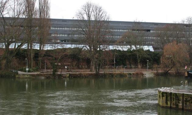 Vue d'ensemble de l'autre côté du barrage Vauban et de l'Ill, au pied du musée d'art moderne (photo JFG / Rue89 Strasbourg)