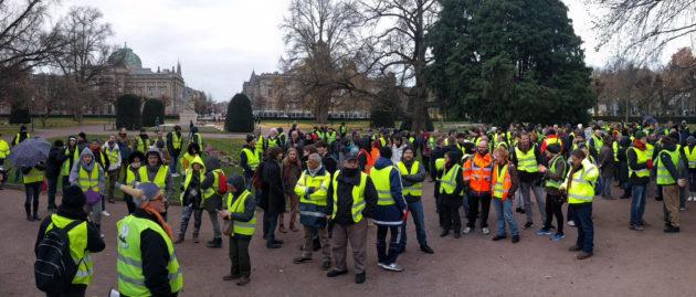 """Les Gilets jaunes de Strasbourg se réunissent chaque samedi matin pour leur assemblée générale au """"rond point"""" de la place de la République, bien loin des quartiers populaires de Strasbourg (photo PF / Rue89 Strasbourg)"""