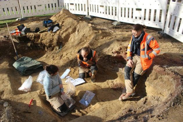 C'est une équipe d'archéologues (en orange) qui a d'abord trouvé le corps lors du diagnostic. (photo JFG / Rue89 Strasbourg)