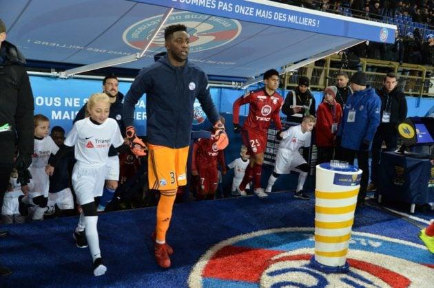 Bingourou Kamara lors de l'entrée des joueurs dans le stade (Photo / Franck Kobi / RCSA / doc remis