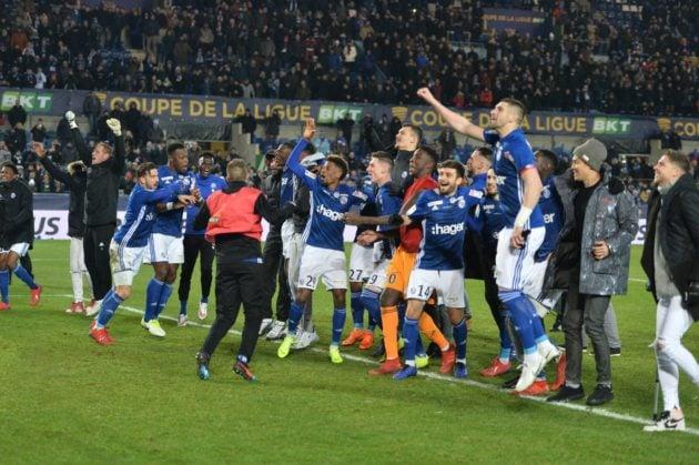 Les joueurs du Racing fêtent leur qualification en finale de la Coupe de la Ligue avec les supporters (Photo / Franck Kobi / RCSA / doc remis)