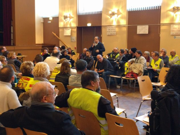 Les tours de parole s'enchaînent mais les sujets clivants sont soigneusement évités (Photo PF / Rue89 Strasbourg / cc)