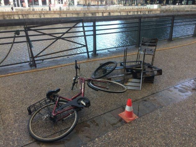 Vu son état, ce vélo n'a pas dû être jeté à l'eau il y a longtemps. (photo JFG / Rue89 Strasbourg)