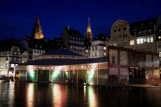 """Le """"Café des amours"""" vient d'être installé place Kléber. Il invite les amoureux au masculin neutre à """"venir faire la fête dans un cadre magique"""". (Photo DL/Rue 89 Strasbourg/cc)"""