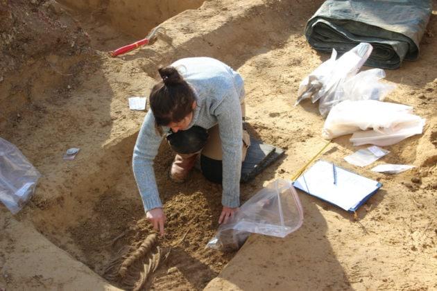 Les morceaux de squelette ont été prélevés et isolés dans des sacs en plastique. (photo JFG / Rue89 Strasbourg)