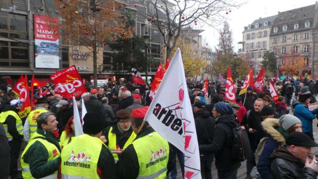 Depuis le début du quinquennat, plusieurs organisations manifestent à rythme régulier contre la politique générale du gouvernement. Ici en novembre 2017. (photo PF / Rue89 Strasbourg)