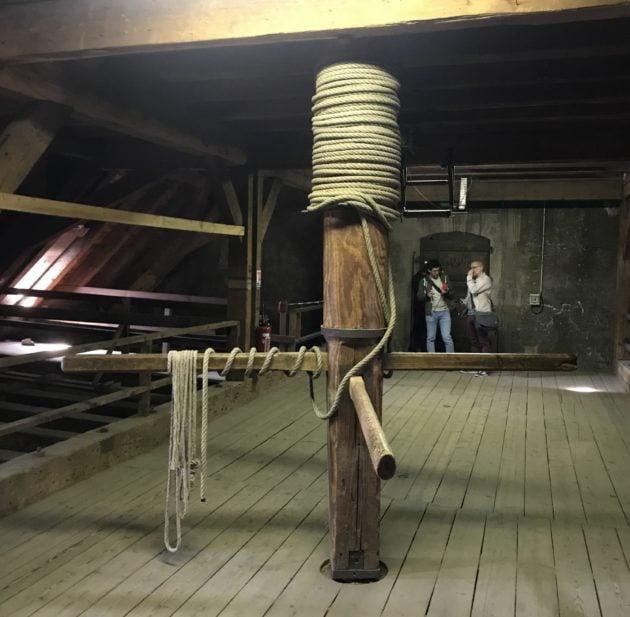 Dans le troisième espace, le plus près de la rosace, derrière la porte au fond de la photo, ce mécanisme permettait de monter des affaires en hauteur dans le chantier (photo JFG / Rue89 Strasbourg)
