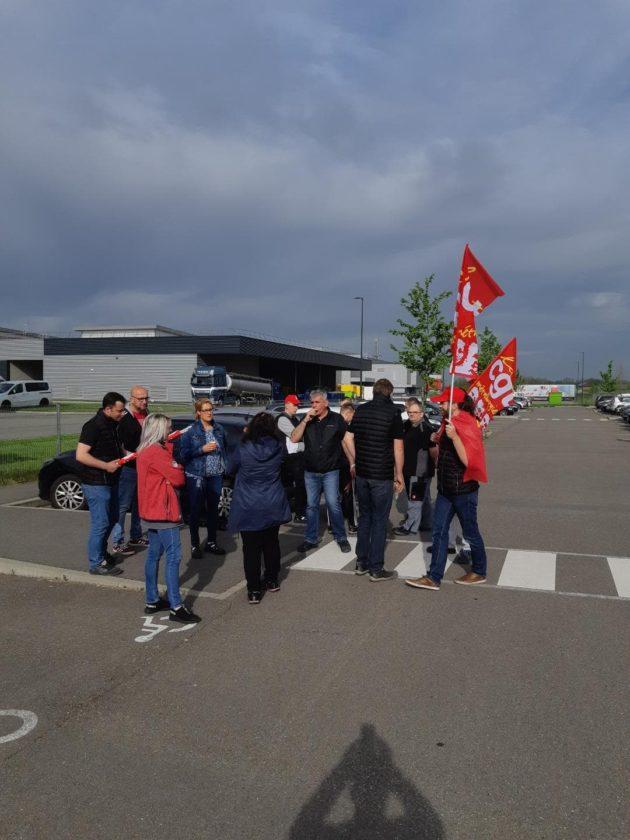 Mercredi 24 avril, devant l'usine Sew-Usocome de Brumath, au début de la mobilisation qui a duré deux heures.