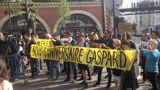 Une manifestation a eu lieu à Paris lundi devant le commissariat où Gaspard Glanz a été détenu (Photo Helena Berkaoui)