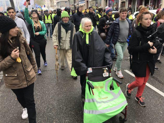 Égérie de la lutte contre le GCO, Germaine, 85 ans, est parmi les manifestants du jour... (Photo JFG / Rue89 Strasbourg / cc)
