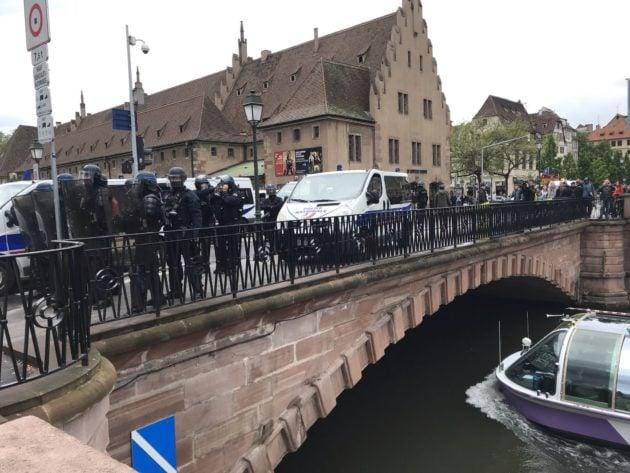 Barrage de policiers pont du Corbeau (Photo JFG / Rue89 Strasbourg / cc)