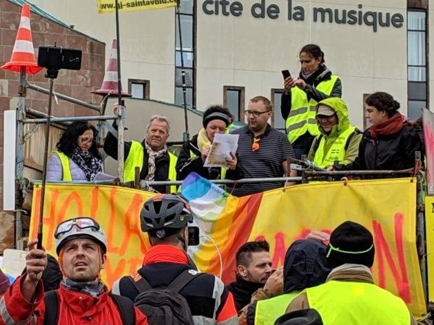 Parmi les prises de parole, des Gilets jaunes italiens... (Photo Guillaume Krempp / Rue89 Strasbourg / cc)