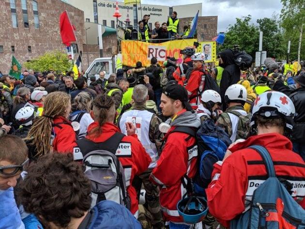 Des streets medics allemands sont parmi les manifestants (Photo Guillaume Krempp / Rue89 Strasbourg / cc)