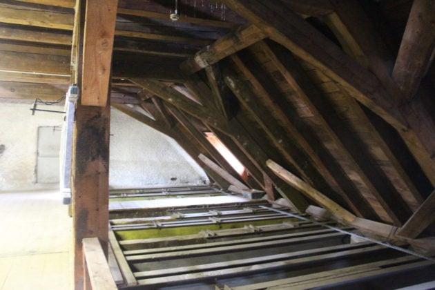 L'ensemble des planches inclinées et des poutres (les chevrons) sont appelées voliges (photo JFG / Rue89 Strasbourg)