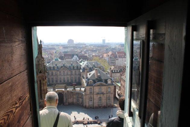 Les combles sont accessibles sur des petites portes où la vue sur la place du Château est imprenable (photo JFG / Rue89 Strasbourg)