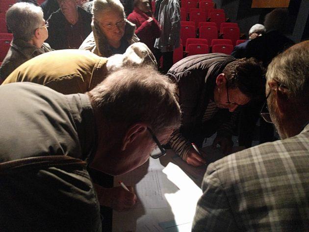 À la fin de la réunion, de nombreuses personnes se sont inscrites pour recevoir des nouvelles du collectif anti-Linky. Bonne chance pour Enédis ou ES-R avec ces abonnés ! (Photo PF / Rue89 Strasbourg / cc)
