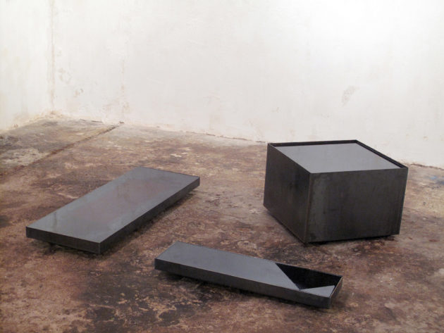 Pierre-Yves Freund, Presque, 2013. © Pierre-Yves Freund. Métal, thé noir. 120 x 120 x 60 cm.