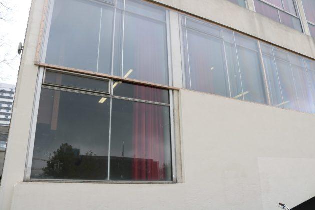 Les cloisons des amphithéâtres du Patio sont en grande partie vitrées, et le chauffage n'est pas suffisant, d'après Léo, ce qui a pour conséquence que les étudiants étudient dans le froid (Phot/Rue 89 Strasbourg/cc)