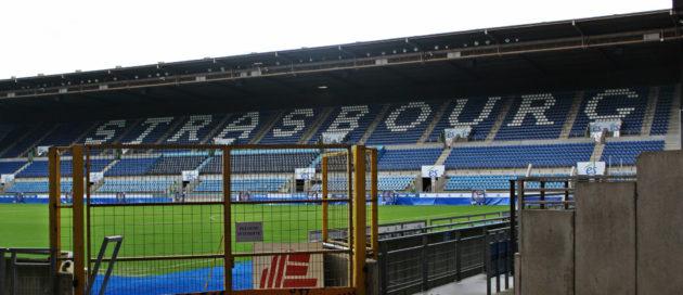 Les tribunes populaires au debout au bord du stade vont-elles résister à la rénovation de la Meinau ? (photo JFG / Rue89 Strasbourg)