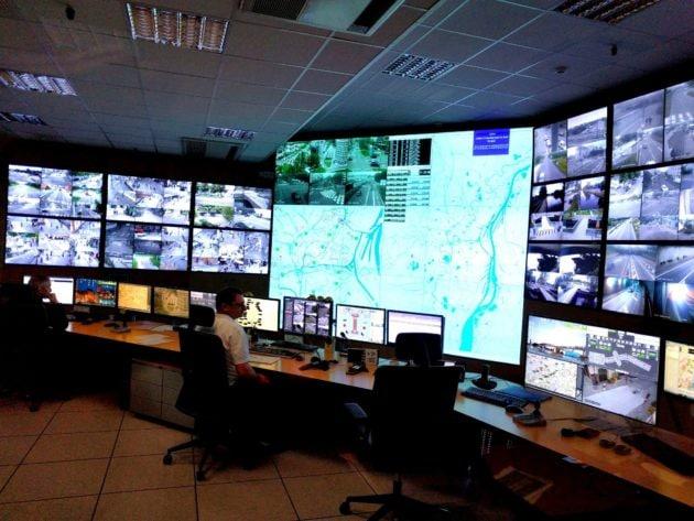 Le centre d'informations routières de l'agglomération de Strasbourg (Sirac) où arrivent les images du système de vidéo-surveillance du trafic. (Photo PF / Rue89 Strasbourg)
