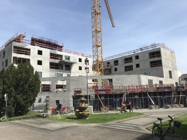 La médiathèque de Schiltigheim, aujourd'hui en travaux, bénéficiera d'une grande terrasse. (photo JFG / Rue89 Strasbourg)
