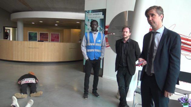 Le directeur général des services de l'université, André Jamet est intervenu pour demander la sortie des étudiants. (Photo Thibault Vetter / Rue89 Strasbourg / cc)