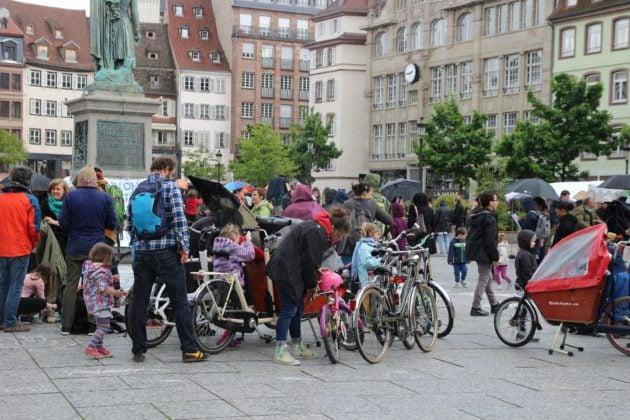 Parents et personnels des jardins d'enfants d'Alsace se sont rassemblés samedi 11 mai à Strasbourg pour alerter l'opinion publique sur leur situation. (Crédit : CG / Rue89 Strasbourg)