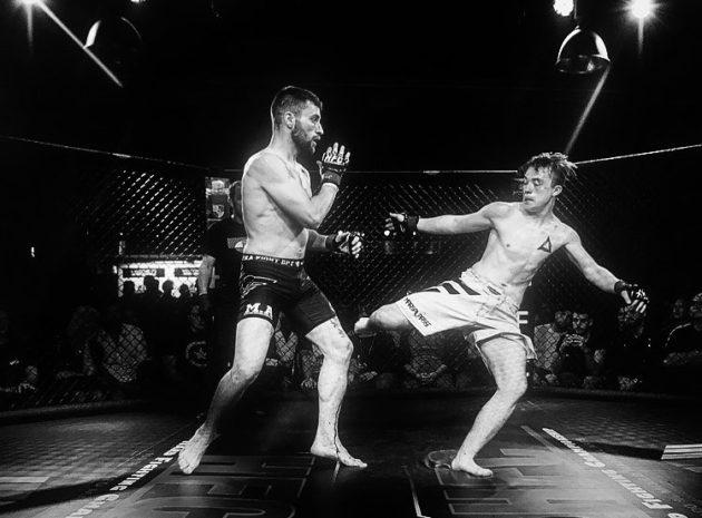Le MMA permet coups de poings, pieds, coude, genou et coups au sol dans une cage en forme d'octogone (Photo : Simone Buchmüller / HFC)