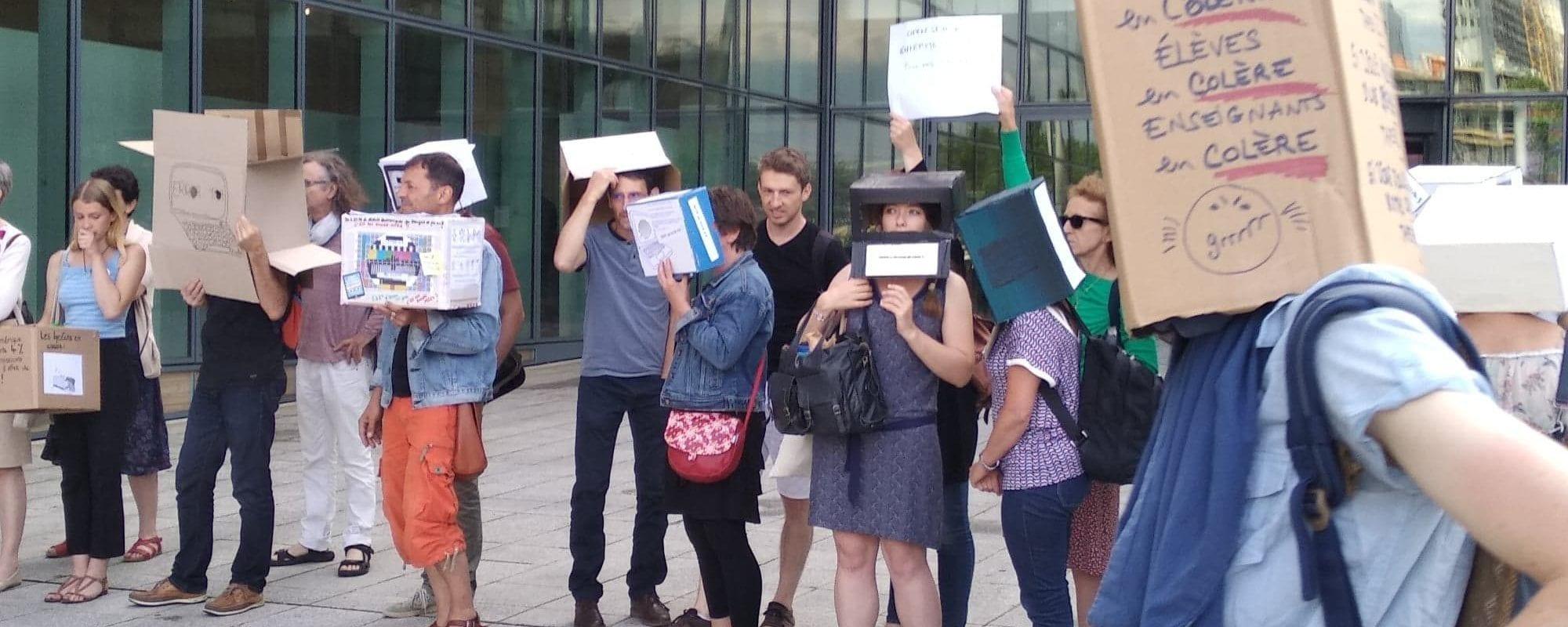 Des enseignants se mobilisent contre la numérisation des livres au lycée