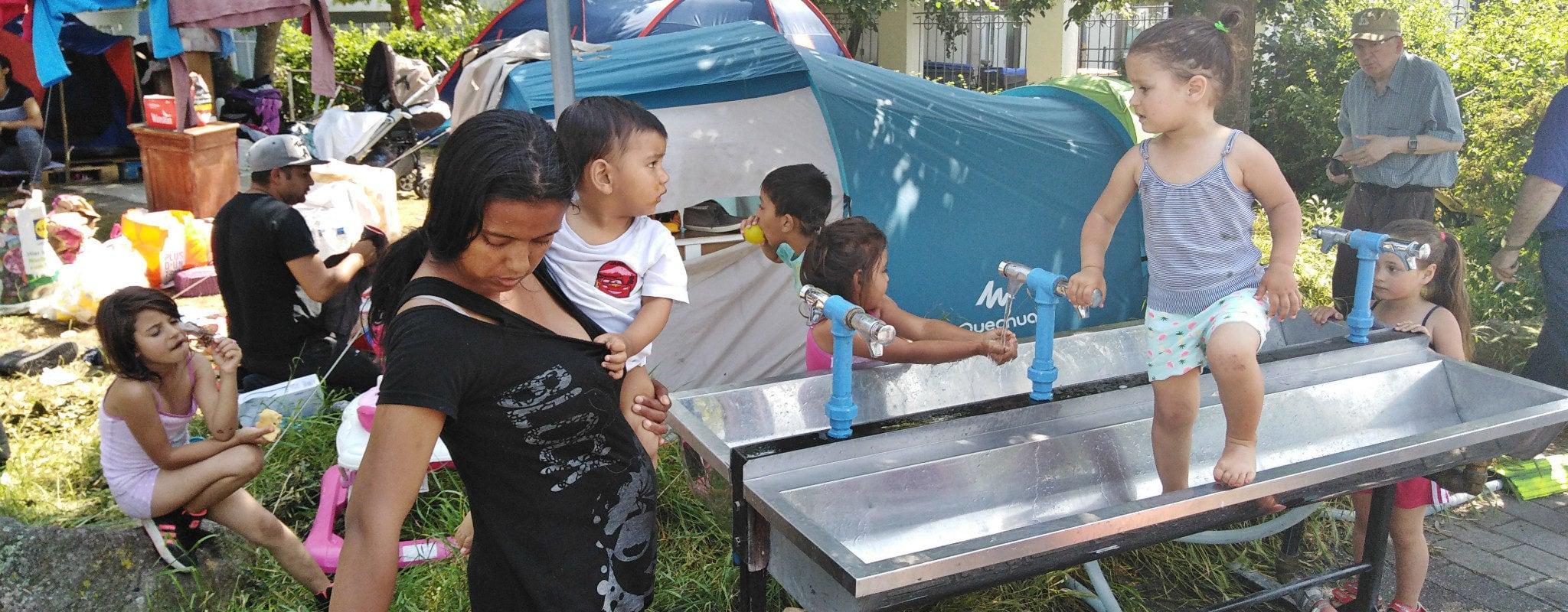 Un peu d'eau au campement de sans-abris des Canonniers
