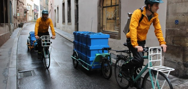 À vélo-remorque dans les rues de Strasbourg pour récupérer les épluchures des restaurants